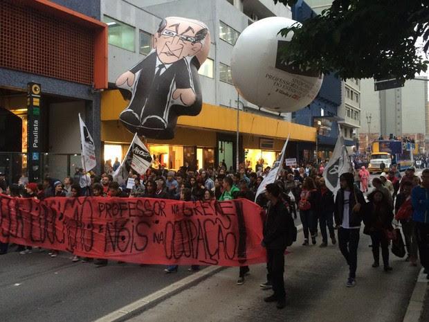 Professores caminham pela Avenida da Consolação, em São Paulo (Foto: Lívia Machado/G1)