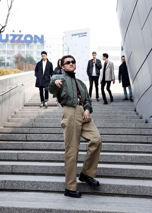 """Chán """"quần cụt"""" Sơn Tùng mặc """"quần của bố"""" dạo phố Hàn - 4"""