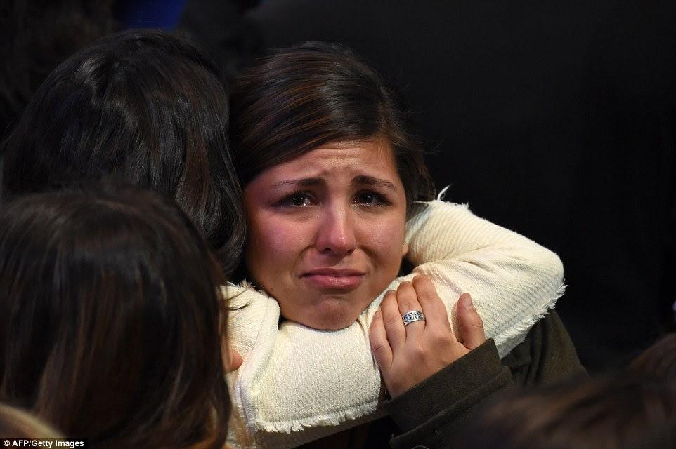 Duas mulheres que abraçam na esperança de um reconfortante outro, como Donald Trump ganha votos eleitorais durante a eleição presidencial