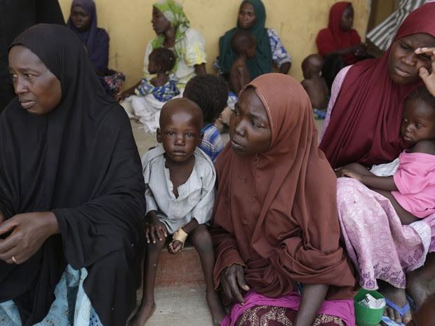 Ex-reféns do Boko Haram, mulheres e crianças resgatados pelo exército nigeriano aguardam atendimento em campo de refugiados em Yola, na Nigéria, na segunda-feira (4) (Foto: AP Photo/Sunday Alamba)
