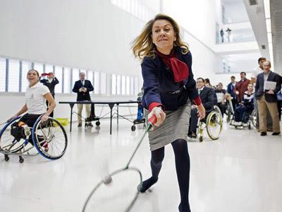 Cospedal, durante su visita al Hospital Nacional de Parapléjicos en Toledo. EFE/Ismael Herrero