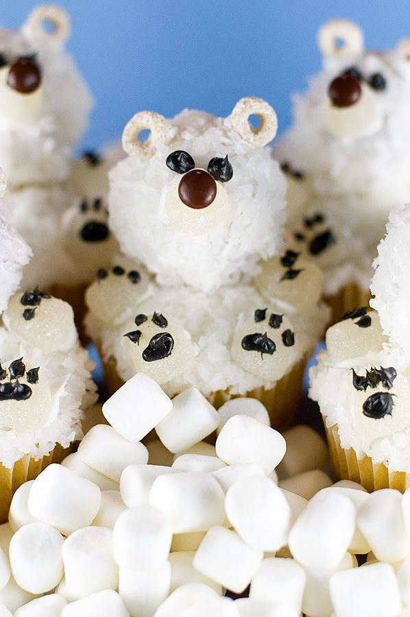Beautiful polar bear cupcakes that are easy to make and will wow your everyday cupcake lover!