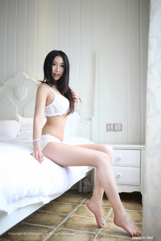 Hàng bikini với girl xinh khoe mông trắng tinh khôi