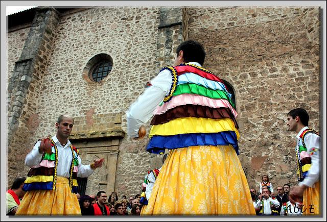 2 Danza en la plaza de la iglesia