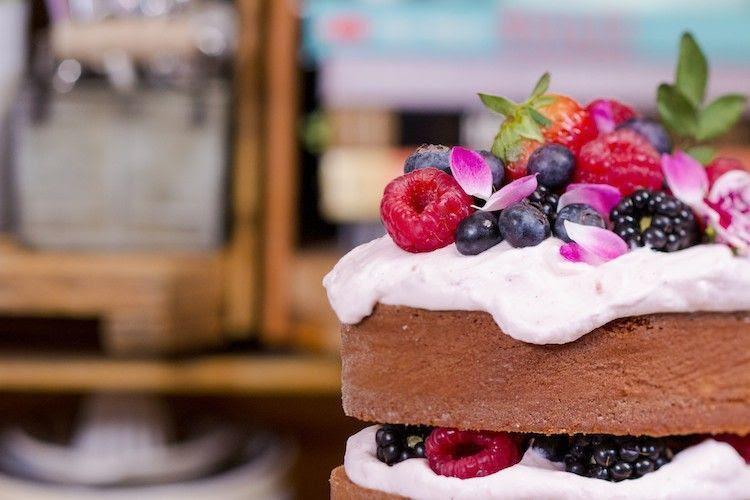 Naked cake de coco com creme de framboesa. Foto: Reprodução / I could kill for dessert</a