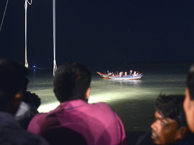 Equipes de resgate trabalham na busca por desaparecidos de balsa que afundou em Bangladesh (Foto: Munir Uz Zaman/AFP)