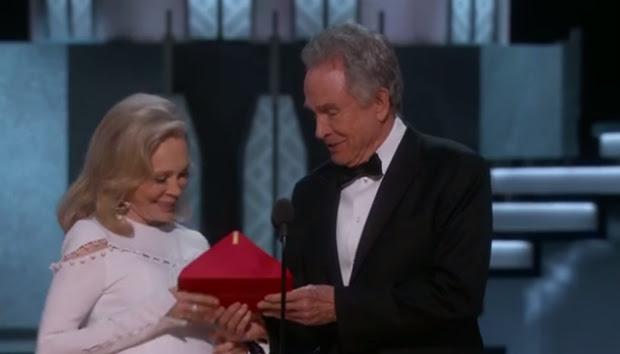 Warren Beatty pede ajuda para Faye Dunaway para anunciar o prêmio