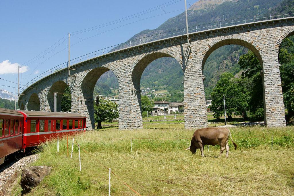 Viaduto ferroviário em espiral Brusio na Suíça 10