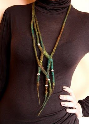 Rzecz gustu - picture of a necklace of felted strings with pearls - nice idea