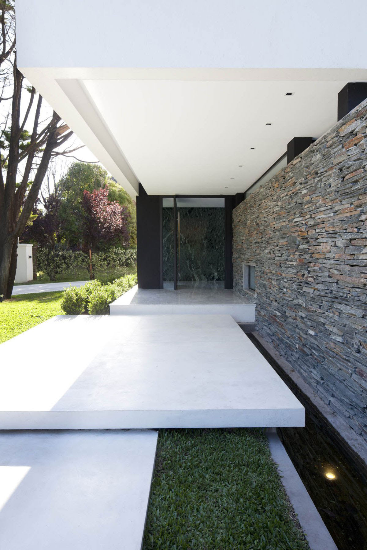 Modern home entrance | http://lomets.com