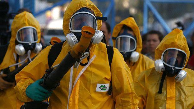 Aplicación de insecticida desde camionetas en Brasil