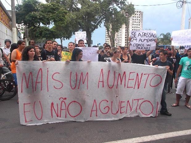 Manifestantes percorreram as ruas do centro da cidade com faixas e cartazes contra o reajuste no transporte coletivo de São José dos Campos. (Foto: Débora Carvalho/G1)