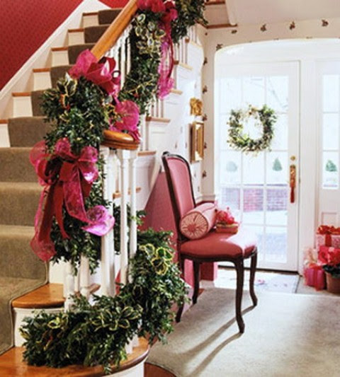 71 Awesome Christmas Stairs Decoration Ideas - 63 - Pelfind