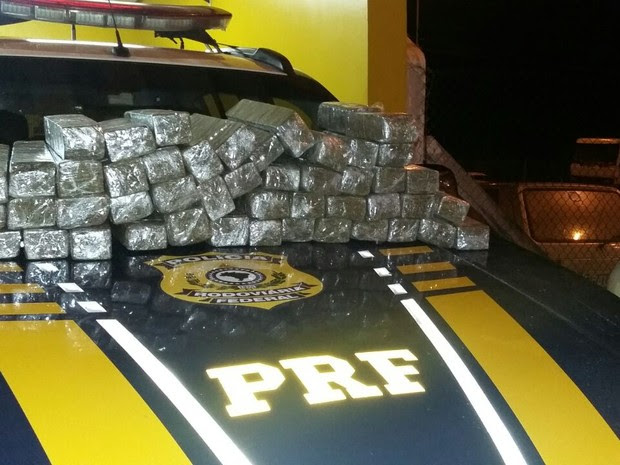 Drogas foram apreendidas em veículo roubado (Foto: Divulgação/Polícia Rodoviária Federal)
