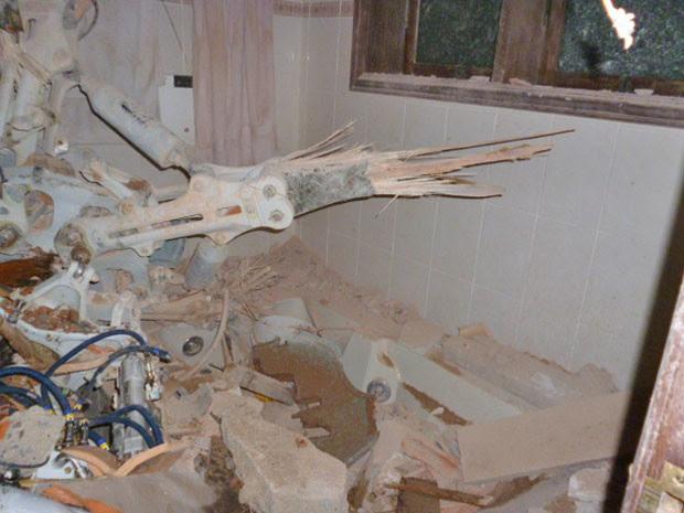 Foto feita logo após a queda do rotor do helicóptero no banheiro do casal Fuchs: imagem mostra pá do conjunto de hélices quebrada (Foto: Divulgação / Arquivo pessoal)