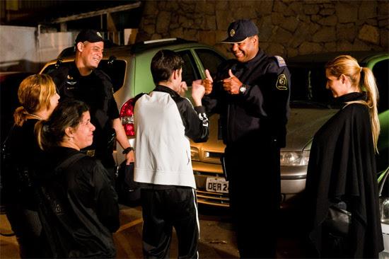Garoto cumprimenta os guardas civis que o resgataram do Centro de Reabilitacao Social