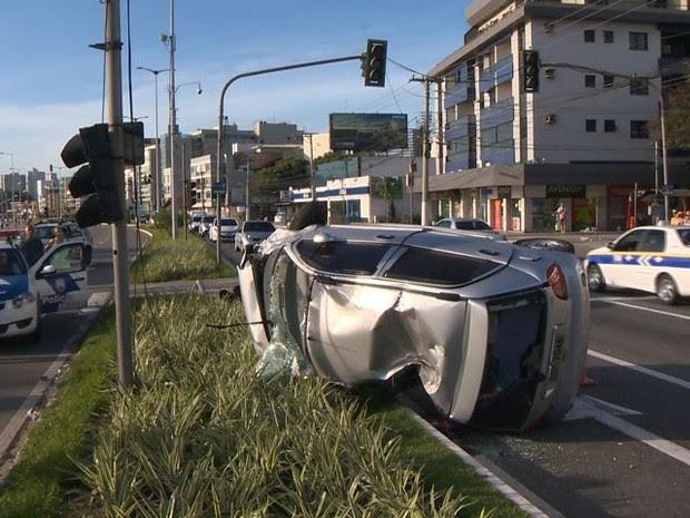 Carro capota e atinge veículo e táxi em Vitória (Foto: Reprodução/ TV Gazeta)