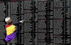 Cuando Henry Buckley cruzó los Pirineos en 1939 con los restos de las derrotadas fuerzas republicanas españolas, llevaba informando 10 años desde España, fue testigo de las grandes batallas de la Guerra Civil y se ganó la reputación de ser el corresponsal extranjero mejor informado de los que cubrieron el conflicto. En la imagen de archivo, dos personas visitan un cementerio en memoria de las víctimas republicanas asesinadas durante la Guerra Civil Española, en Oviedo, el 14 de abril de 2007. REUTERS/Eloy Alonso