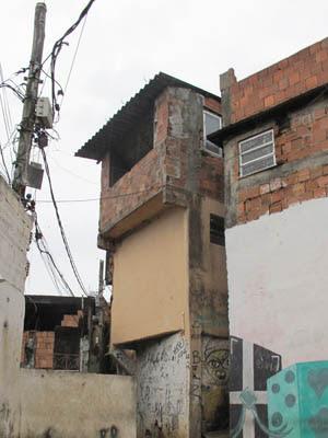 Refinaria do Terreirão tem dois andares e é protegida por barricadas e sentinelas ao redor (Foto: Rosanne D'Agostino/G1)
