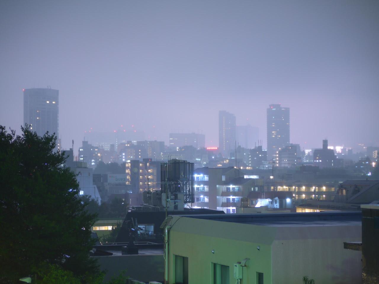 いつもの夜景も、今日は少し霞がかって、感じます。 これはこれで、非現実的。