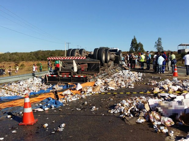 Criança estava em caminhão que tombou após curva em anel viário (Foto: Blog do Leo Santos)
