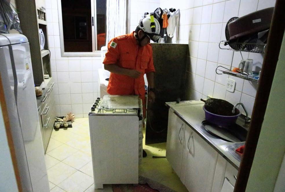 Bombeiro faz vistoria em apartamento no Distrito Federal após vazamento de gás causar pequeno incêndio (Foto: Corpo de Bombeiros/Divulgação)