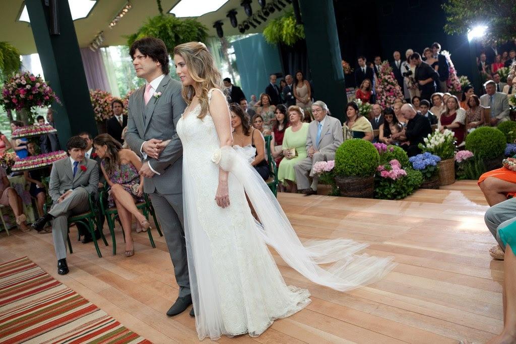 Paulo Ricardo e Gabriela Verdeja, que está grávida de uma menina, chegam ao altar