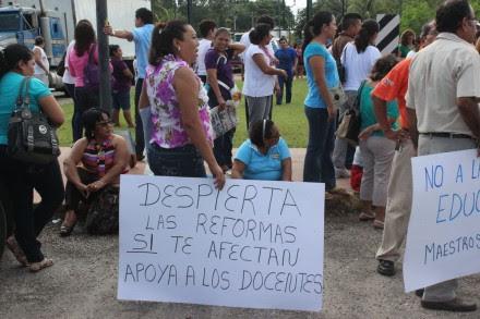 Un bloqueo de maestros en Dziuché, en la frontera de Quintana Roo y Yucatán. Foto: Sergio Caballero