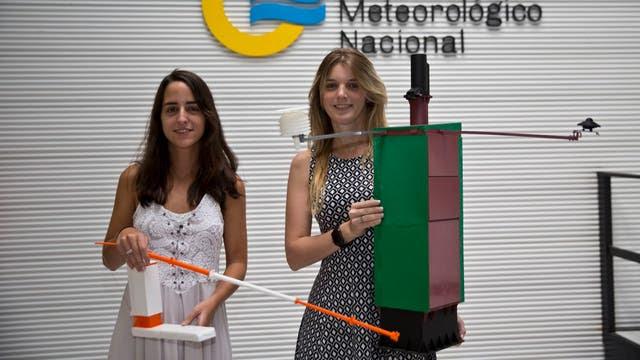 María Baltar y Micaela Ameijenda muestran prototipos de las estaciones que están creando en el SMN