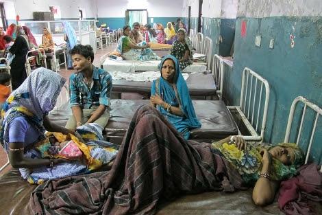 Pacientes esperan en el hospital Maharaja Yashwantrao de Indore (India). | David Jiménez