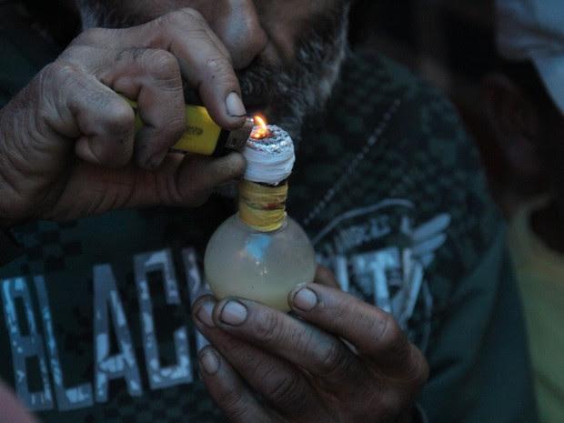 Usuário de crack no Pinheirinho (Foto: Carlos Santos/G1)