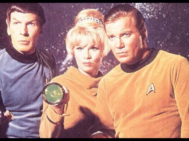 Leonard Nimoy com Grace Lee Whitney e Willian Shatner como Mr. Spock, Yeoman Rand e Capitão James Kirk em foto de divulgação da série 'Jornada das Estrelas' em 1966 (Foto: Divulgação )