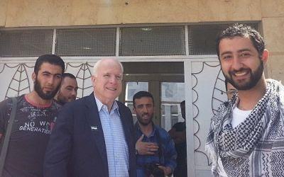 John McCain durante su estancia ilegal en territorio sirio. En primer plano a la derecha aparece el director de la Syrian Emergency Task Force. Al centro de la imagen, parado en la puerta, aparece Mohammad Nur.