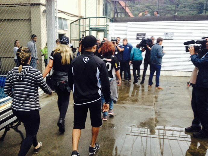 Torcedores invadem treino do Botafogo (Foto: Marcelo Baltar/ GloboEsporte.com)