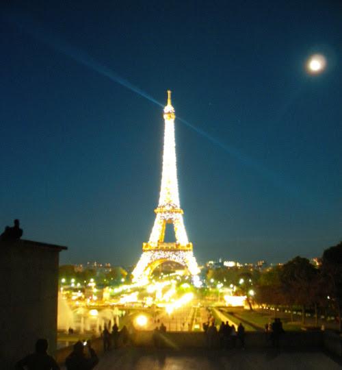 paris gece eiffel kulesi manzara kendin dik