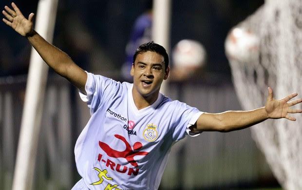 Aldredo Ramua comemora dol do  Real Garcilaso sobre o Cerro Porteno (Foto: Reuters)