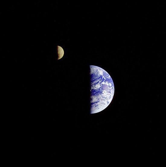 A Terra e a Lua em foto tirada durante a missão da Voyager 1, em 1977