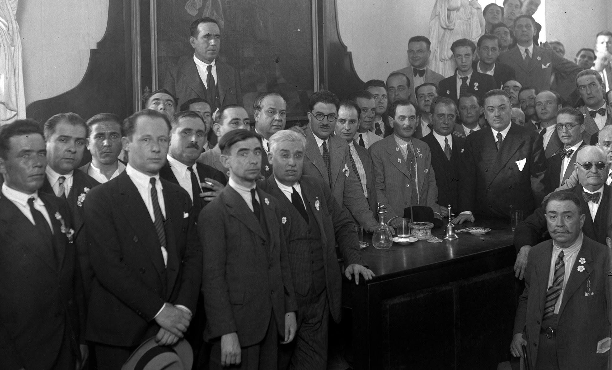 El alcalde de Sevilla José Gonzalez Fernández de la Bandera en reunión en la Diputacióhn con su presidente el médico José Manuel Puelles fusilado el 5 de agosto de 1936, y un grupo de médicos de la Beneficencia.