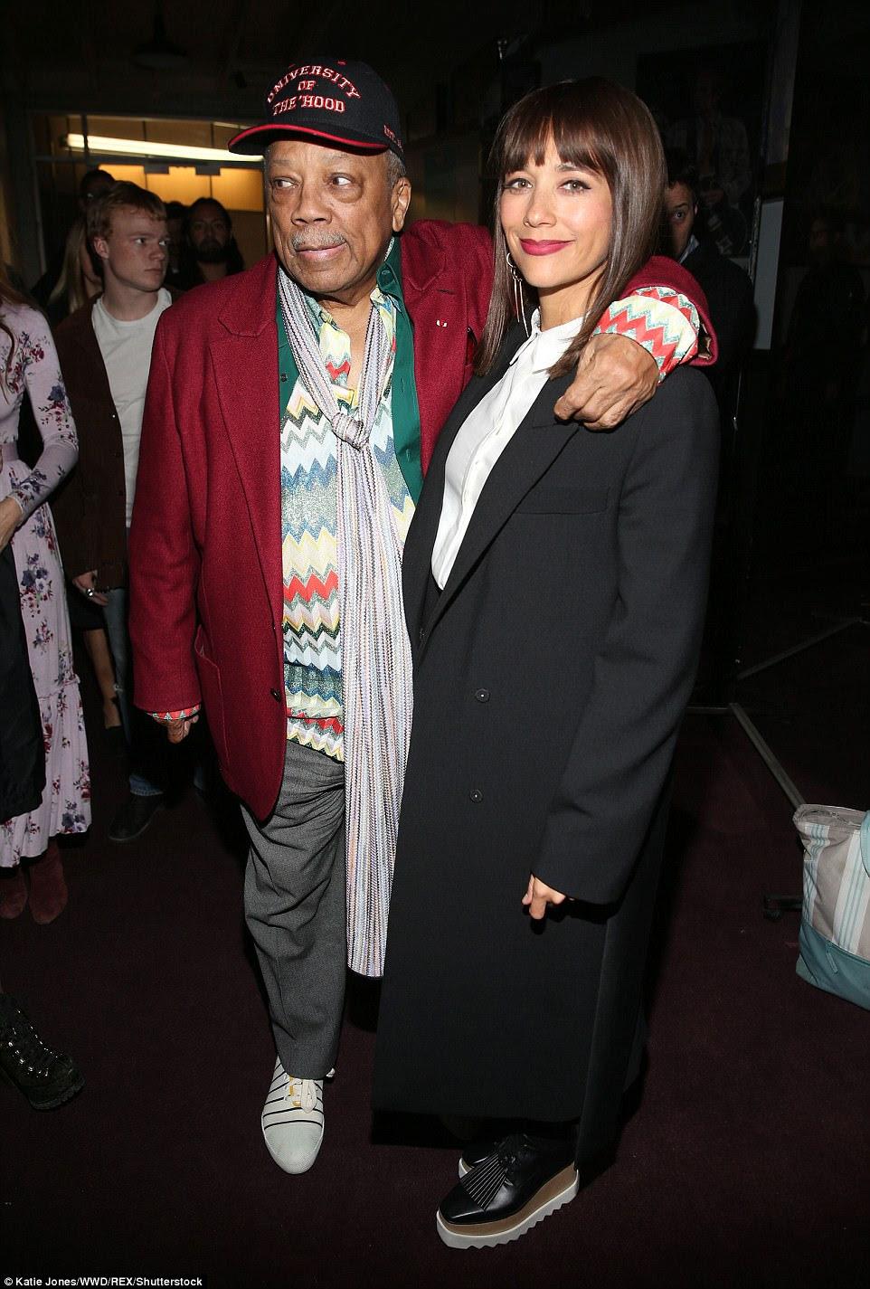 Radiante: envolto em um elegante sobretudo preto, Rashida Jones, de 41 anos, sorriu enquanto ela representava a câmera ao lado de seu pai Quincy Jones, de 84 anos de idade