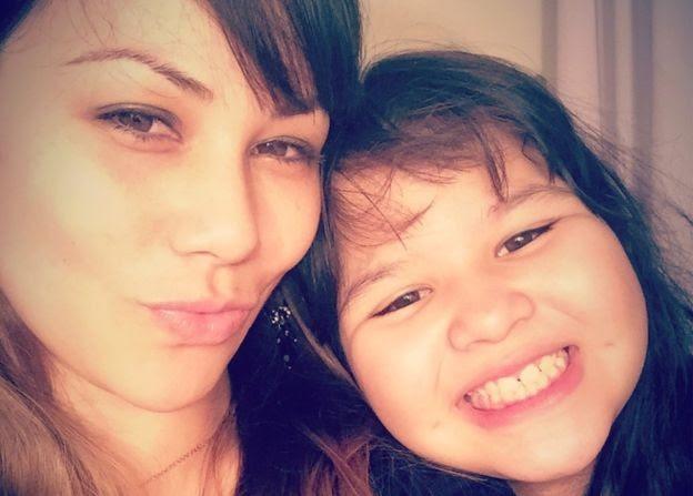 Arianne tenta provar que a filha não precisa frequentar sala especial (Foto: Arquivo Pessoal/BBC)