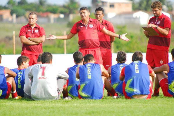 Treinador Flávio Araújo tem um início de Estadual semelhante ao do Brasileiro da Série C, em 2011, quando o time oscilou bastante