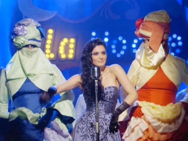 Cristal volta ao palco para cantar ladeada por Cassiano e Duque  (Foto: Flor do Caribe/TV Globo)