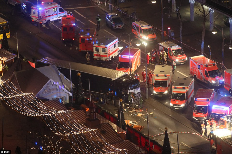 fotos aéreas da cena mostram as consequências devastadoras no local do acidente e detritos ao redor do caminhão