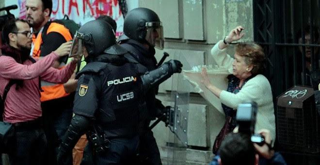 Cargas policiales en Barcelona este domingo. REUTERS/Enrique Calvo
