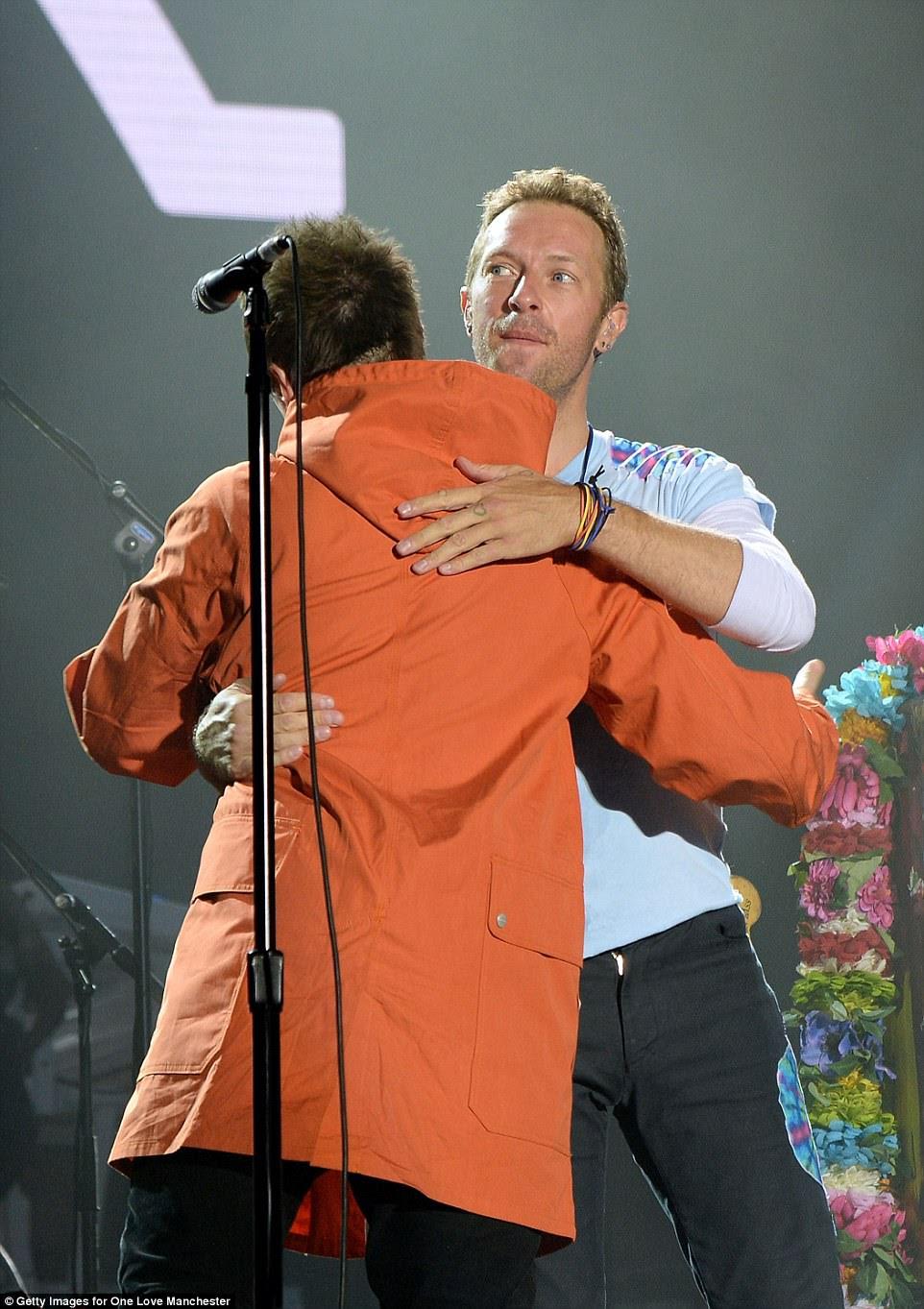 Problema duplo: Liam foi ao palco com o líder da Coldplay, Chris Martin, mas alguns fãs sentiram que não era o substituto de Noel