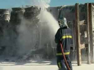 Bombeiros levaram quase 2h para controlar as chamas (Foto: Reprodução RPC TV)