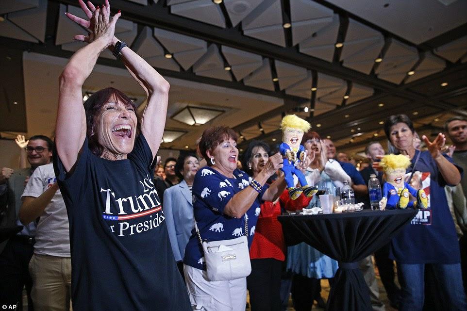 Apoiantes para candidato presidencial republicano Donald Trump reagir como os primeiros resultados vêm em uma festa da noite da eleição republicana terça-feira