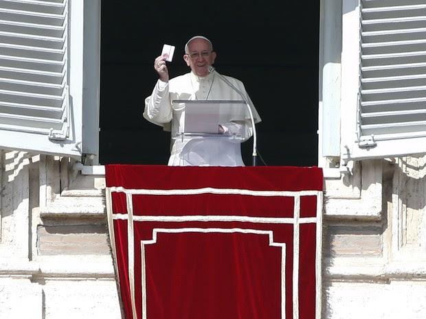 Papa Francisco falou a dezenas de milhares de pessoas reunidas na praça São Pedro, no Vaticano, neste domingo (21) (Foto: REUTERS/Tony Gentile)
