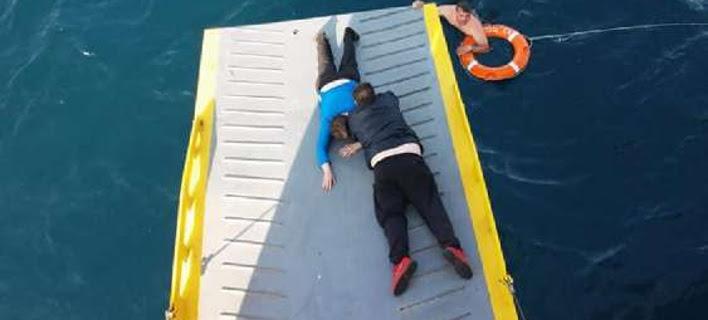 Εντοπίστηκε γυναίκα στη θάλασσα, 5 μίλια από τον Πειραιά -Καρέ καρέ η διάσωσή της από πλοίο [εικόνες]