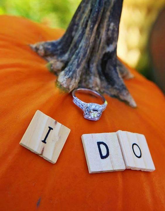 setzen Sie Ihr Verlobungsring auf einem Kürbis auf die Umarmung fallen
